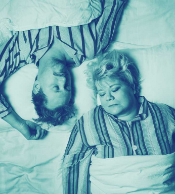 Ett drömspel. Man och kvinna sover i en säng.
