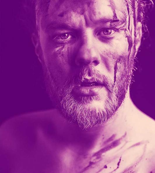 Macbeth. Profilbild av en man med blodigt ansikte.