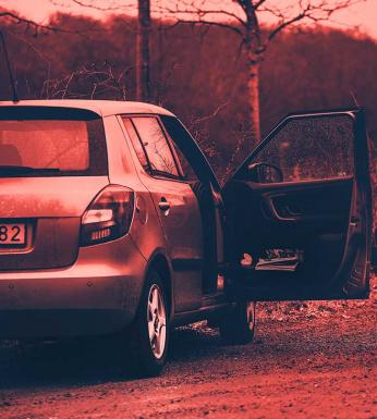 morden på hallandsåse. bil med öppen dörr.